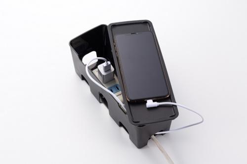 電源アダプターや4口程度を持つ電源タップなどを収納