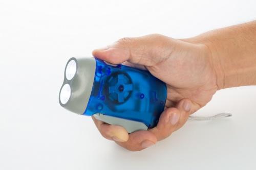 レバーを指で押し込んで発電
