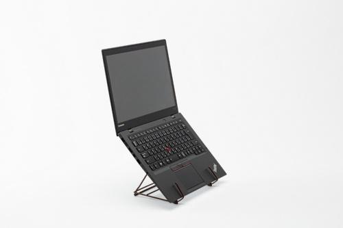 14型のノートパソコンを設置した2段調節式ワイヤーブックスタンド