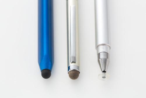 100均ショップで売っているタッチペンは主に3種類。左からシリコンゴムタイプ、導電繊維タイプ、クリアディスク型ペンタイプ。筆者は導電繊維か、クリアディスク型を薦める