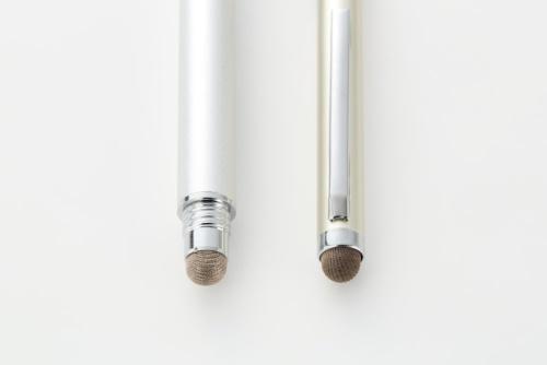 OWL-TPSE02-SIの導電繊維ペン側(左)とタッチペン【ボールペン付】のペン先(右)の比較。OWL-TPSE02-SIは繊維の編み目が細かいように見えるが、使い勝手は変わらない
