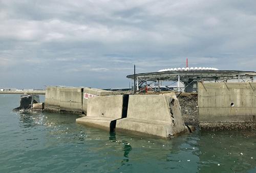 鉄筋コンクリート製のブロックが転倒した東側護岸。奥は航空機に位置や方位を伝えるためのアンテナ設備(写真:関西エアポート)