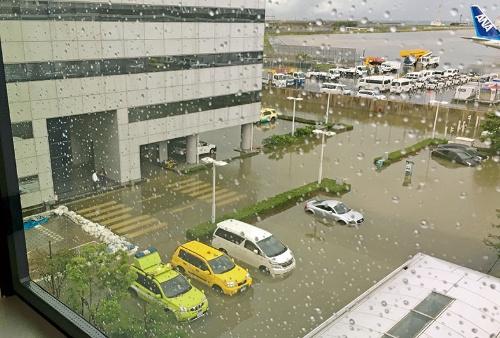 写真左手の斜路から海水が第1旅客ターミナルビルの地下に流れ込み、電気設備が浸水。大規模に停電した(写真:関西エアポート)