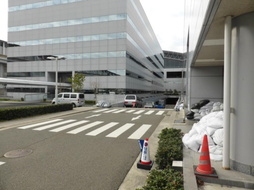 海水が流れ込んだ斜路。正面奥に第1旅客ターミナルビルが見える。18年12月に撮影。関西エアポートは今後、斜路の手前に止水板などを設ける計画だ(写真:日経コンストラクション)