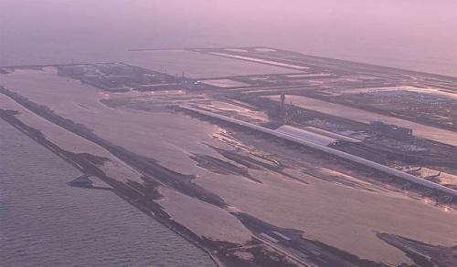 1期島の大半が水没した関西国際空港を北東から見る。写真右奥の2期島は1期島よりも地盤が高く、浸水被害を免れた。台風が襲来した当日の2018年9月4日に撮影(写真:国土交通省)