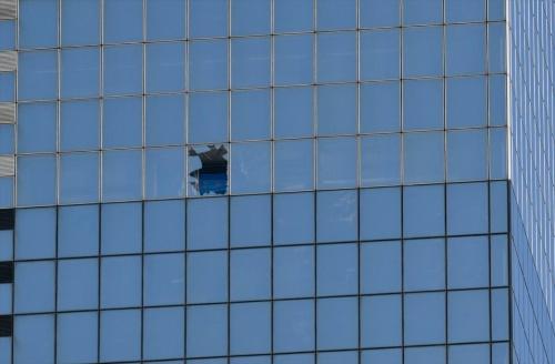 破損した窓ガラスの周辺。オフィス専有部の居室だが、オフィスワーカーは避難しており、けが人などは出ていない(写真:生田 将人)