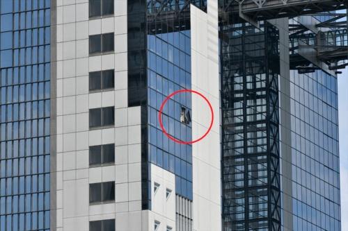 タワーウエストの東側、吹き抜けに面した部分で2カ所の窓ガラスが破損した。中央の赤丸部分(写真:生田 将人)