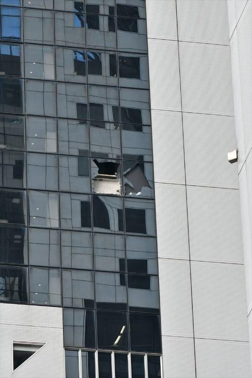 割れたガラスの隙間から構造部材と思われる部材が見える(写真:生田 将人)