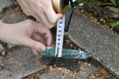 ガラスの破片の厚さは2cmほどあった(写真:生田 将人)