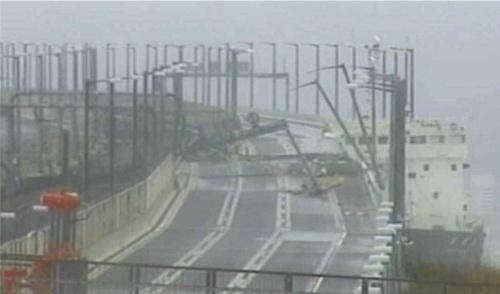タンカーが衝突した関西国際空港連絡橋(写真:西日本高速道路会社)