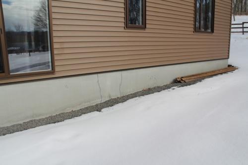 フォーラムビレッジ内に新築した住宅。築8カ月で地震によって住宅が不同沈下し、基礎に亀裂が生じた。傾きは0.27度で、一部損壊の被害認定を受けた。新築時の地盤調査で地盤補強が不要と判断されたため、直接基礎で施工していた(写真:日経ホームビルダー)