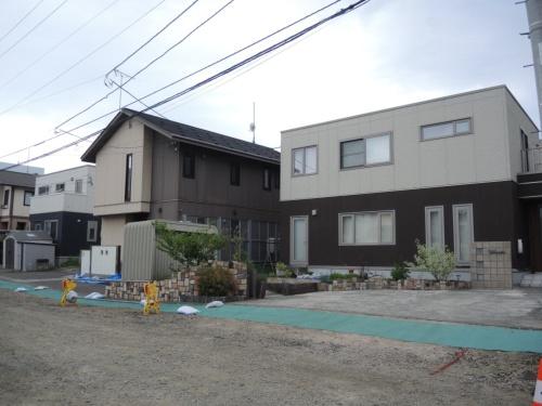 築12 ~14 年の軽量鉄骨造の住宅が立ち並ぶ里塚地区の住宅地。地震による不同沈下が、盛り土した宅地に集中した。販売時は切り土と説明されていた(写真:日経 xTECH)
