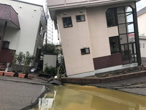 液状化で沈下したとみられる地盤の影響を受け、大きく傾いた住宅。札幌市清田区で撮影(写真:横山 芳春=地盤ネット総合研究所)