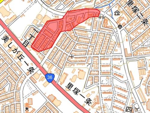 道路の陥没や住宅の傾きなどが集中した区域を赤色で示す。国土地理院の資料に日経コンストラクションが加筆