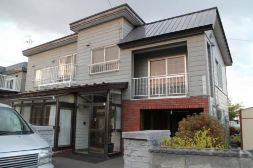 札幌市清田区に立つ、外壁カバー工法で改修した築45年の木造2階建て住宅。外壁のサイディングに目立った被害が見られないことなどから、一部損壊と判定された(写真:日経ホームビルダー)