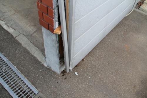 この住宅のカバー工法のサイディングの出隅部分を剥がしたところ、柱が土台からずれて、新築時のモルタル外壁が破損しているのが見つかった。さらに詳しく調査すると、柱の蟻害、基礎と束石の破損なども確認された(写真:日経ホームビルダー)