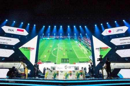 アジア競技大会のeスポーツ競技の様子。サッカーゲーム「ウイニングイレブン 2018」の勝敗を競った
