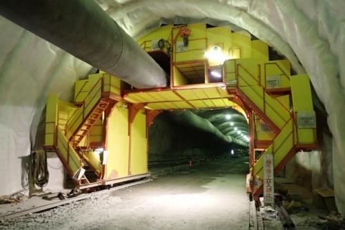トンネルの坑内に、発破掘削で出る音を低減する「チューブセルサイレンサー」を設置した様子(写真:フジタ)