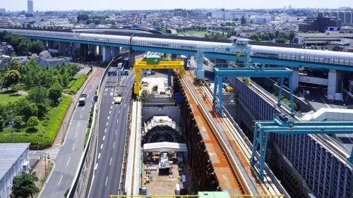 大泉ジャンクション付近を北から見た様子。写真を横切る高架は関越自動車道。黄色い門形クレーンの下が清水建設JVのシールド機が発進するたて坑。たて坑でシールド機を組み立てる(写真:東京外環プロジェクト)