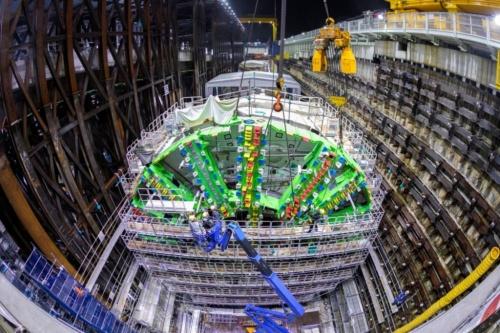 外環道の本線トンネル(南行)大泉南工事のたて坑でシールド機のカッター部分を組み立てる様子。シールド機の外径は16.1mと日本最大の大きさ(写真:東京外環プロジェクト)
