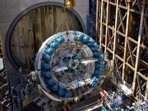 たて坑でシールド機の駆動部を組み立てる様子。たて坑の幅はシールド機と同じくらいしかない(写真:東京外環プロジェクト)