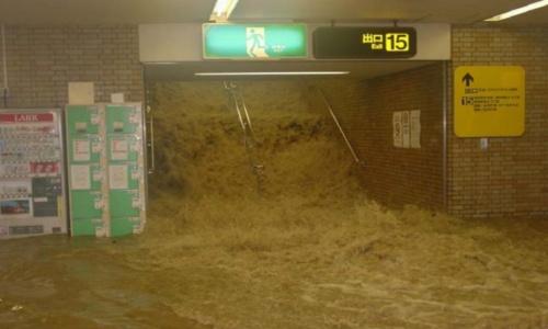 都市化が進み、各地で内水氾濫が増えている。写真は2003年に発生した福岡水害。地下街に水が流れ込んだ(写真:国土交通省)