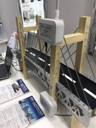 地震計設置のイメージ。2018年3月から大手鉄道会社の高架橋や橋梁など6カ所で、mtes Neural Networks の開発した地震計を設置。LPWAを使った通信方式で情報を送信している(写真:mtes Neural Networks)