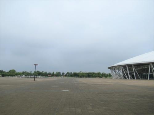 植栽前の熊谷スポーツ文化公園。右に見えるのは彩の国くまがやドーム(写真:埼玉県)