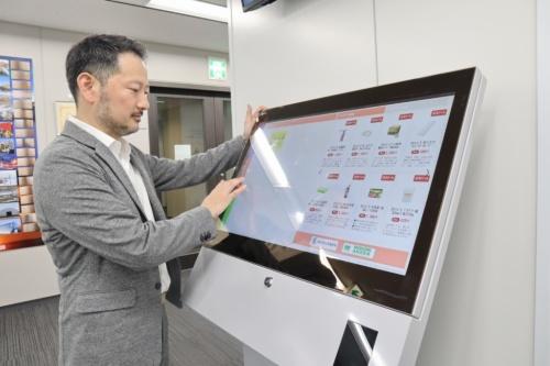 e-Standに対応したタッチパネル付きのデバイス。現場での買い物や安全教育、入退場管理など多様な機能を持つ(写真:日経コンストラクション)