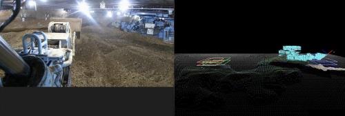 京都府が発注した「桂川右岸流域下水道洛西浄化センター建設工事(呑龍ポンプ場土木)」で自動化を検証とした。高さ42.7mの駆体をニューマチックケーソン工法で埋設する工事だ。左が自動化した掘削機のカメラの画像。右が作業室内を3次元表示したシステム画面。掘削機が水色で、掘削面をメッシュで表している。赤や緑、青の四角は、掘削した土の仮置き場などを示す(資料:オリエンタル白石)