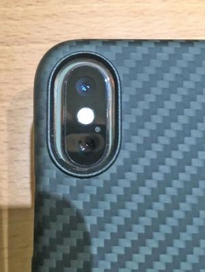 iPhone XSにiPhone X用ケースを装着した様子。カメラの位置が微妙にズレるが、このケースは穴が大きめだったので事なきを得た