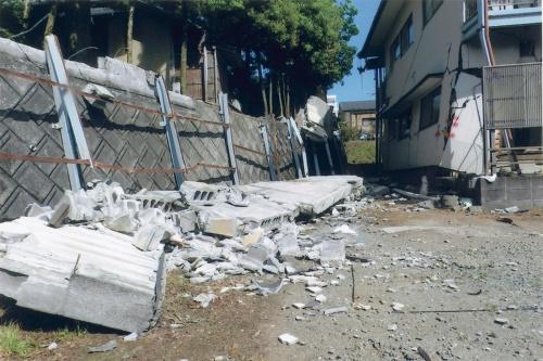 2016年4月に発生した熊本地震の前震で倒壊したブロック塀。下敷きになった男性(当時29歳、A氏)が亡くなり、女性(当時57歳、B氏)が脚を骨折して今日も後遺症が残っている(写真:被害者の関係者が提供)