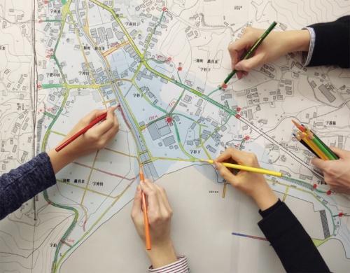 逃げ地図を作成する様子。高齢者が傾斜度10度の坂道を歩く速さ(分速43m)を想定し、誰もが逃げることのできる防災地図をつくる。建築実務者はワークショップの際の助言者となる(写真:日建設計)