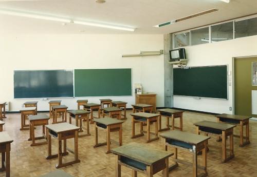 竣工当時の教室の様子。生徒がのびのびと学べる明るい校舎を心掛けて設計した(写真:北澤建築設計事務所)