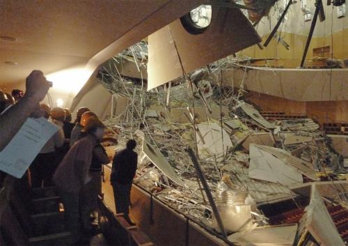 東日本大震災の揺れで吊り天井が落下したミューザ川崎シンフォニーホールの内部空間。鋼製下地を含めた天井部材の質量は1m2当たり約90kgあり、客席に利用者がいたら生命の危険があった(写真:共同通信社)