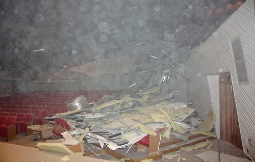 事故直後に撮影された内部。崩落の模様の映像は残っていない。被害報告書によると、揺れを感じてホールから避難した作業者は、逃げる途中でホール内で破壊音が継続して聞こえたと報告したという(写真:川崎市)