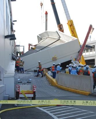 東日本大震災を受けて立体駐車場の車路スロープが崩落。乗用車が3台下敷きになり2人が死亡、6人が重軽傷を負った。2002年8月に竣工した同店は着工の直前で構造設計を変更しており、変更の依頼を受けた構造設計者が刑事責任を問われた(写真:日経アーキテクチュア)