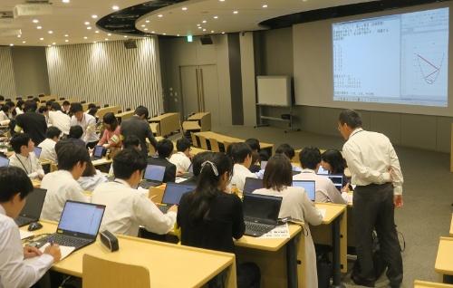 「ダイキン情報技術大学」の授業風景。生徒は2018年4月の新入社員351人のうち、自ら希望した100人。2年間、現場には配属されず、大学通いに専念してAIやIoTを学ぶ。100人は全員が名札を着け、腕章をしている