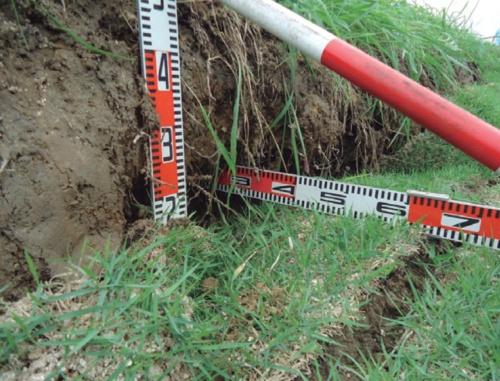 崩れた箇所の上端部分の断面状況。盛り土の一部がえぐりとられてオーバーハングになっている(写真:国土交通省武雄河川事務所)