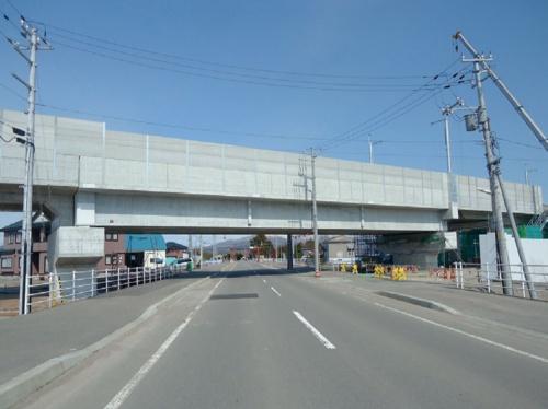 2012年8月に架設を終えた開発架道橋。桁下高さが所定の基準を満たしていなかった(写真:鉄道建設・運輸施設整備支援機構)