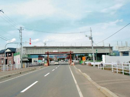 建設中の開発架道橋。誤った「道路面高さ」で設計が進み、この誤りは工事でも見落とされた(写真:鉄道建設・運輸施設整備支援機構)