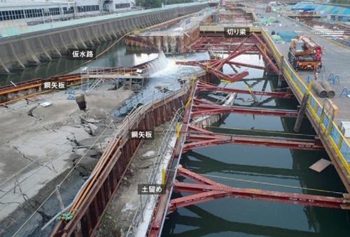 上流側から見た事故発生直後の現場。中央に見えるのが崩壊した土留め。この崩壊の影響で左側の仮水路の鋼矢板も崩れ、水路の水が現場に流れ込んだ(写真:阪神高速道路会社)