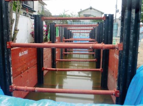 地下水位が当初の想定を大幅に上回り、2012年4月から始めた雨水貯留施設の設置工事は継続不可能となった(写真:長岡京市)