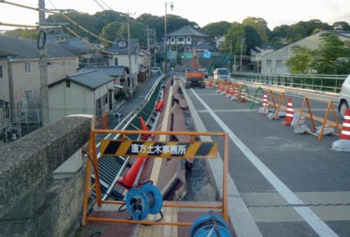 橋面から見たところ。縦断方向に約30mにわたって崩れた(写真:福岡県)