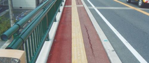 11年10月24日に南側歩道に発生した亀裂。南側歩道は同日夜から翌朝の間に崩れた(写真:福岡県)