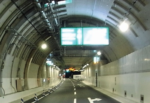 案内看板は、取り付け用の鉄枠を含めて重さが1.6t。直径4.5mmのピン20本でトンネルのセグメントに固定してあった(写真:首都高速道路会社)