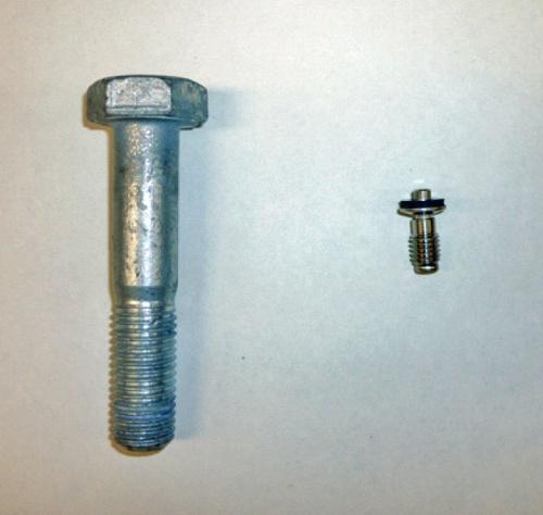 看板を固定していたピン(右)と再発防止策で採用したボルト(左)。ピンは直径4.5mm、長さ21.3mm。ボルトは軸の直径が16mm、長さが80mmだ(写真:首都高速道路会社)