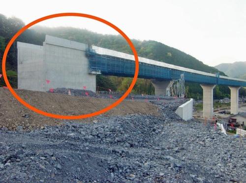丸で囲んだ部分が、沈下や傾斜などの変状が発生した赤羽川橋のA1橋台(写真:国土交通省中部地方整備局)