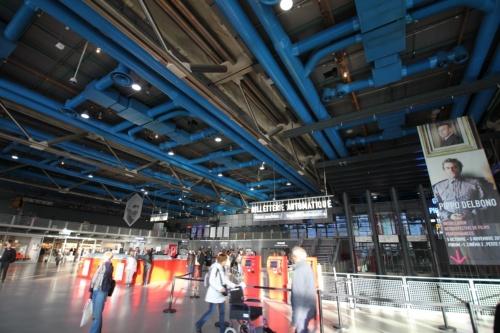 ポンピドー・センターのエントランスホール。右手方向の「ギャラリー3」が安藤展の会場(写真:日経アーキテクチュア)