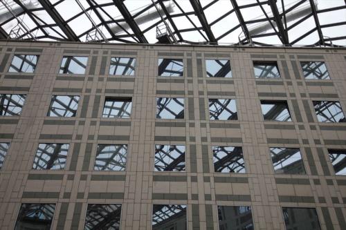 石張り部分は、同時期に設計が進んだ東京都庁舎(1991年竣工)をほうふつとさせる(写真:日経アーキテクチュア)